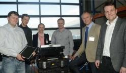 Die Software für ein Analysegerät bei Rosen in Lingen stellt Alexander Wall (links) vor. Weiter auf dem Bild von links: Daniel Olthaus, Katrin Dinkelborg (IDS), Dirk Larink, Wolfgang Arens-Fischer (IDS) und Guido van Zoest (Rosen). Foto: Thomas Pertz