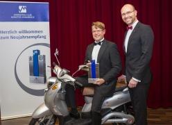Christian Gnaß, geschäftsführender Gesellschafter der emco Group, und Marketingleiter Kay-Uwe von Hebel nahmen den  Marketingpreis der Region Münster/Osnabrück für die Markteinführung ihrer Elektroroller entgegen.