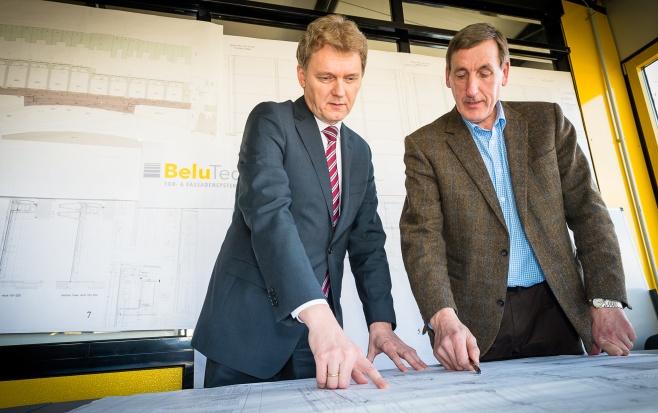 BeluTec-Geschäftsführer Bernd Lucas stellt Oberbürgermeister Dieter Krone aktuelle Konstruktionspläne vor. Foto: Helmut Kramer.
