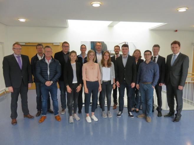 Oberbürgermeister Dieter Krone und Wirtschaftsförderer Dietmar Lager (rechts) sowie Wirtschaftsförderer Ludger Tieke (links) und Vertreter der Unternehmen EMP, K+F Laser sowie der ROSEN Gruppe freuen sich über die neuen Recruiting-Videos die Studierende des Campus Lingen erstellt haben.