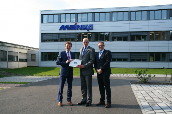 Oberbürgermeister Dieter Krone (li.) und der Leiter der Wirtschaftsförderung, Ludger Tieke (re.), gratulierten dem Vorsitzenden der Geschäftsführung, Andreas Mainka, zum umgebauten Unternehmensstandort.