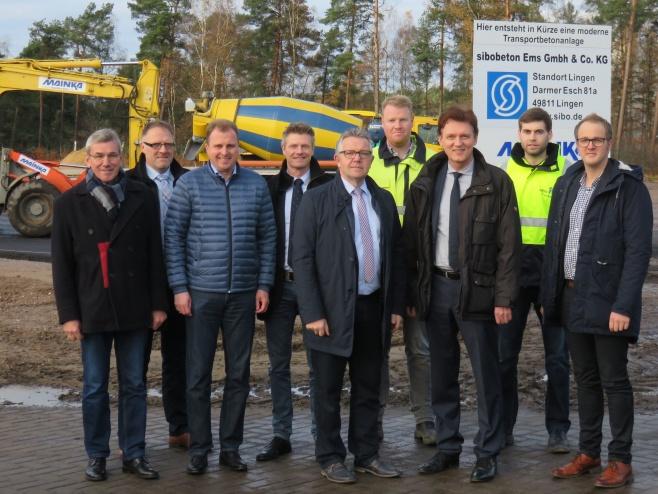 sibo-Geschäftsführer Mario Hübner (Mitte) stellte Oberbürgermeister Dieter Krone (3.v.r.) und Ortsbürgermeister Werner Hartke (links) das Bauvorhaben der SIBO-Gruppe vor Ort im IndustriePark vor.