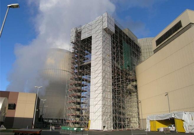 Gigantisch wirkt das Gerüst rund um den großen Portalkran, der sperrige Güter zur Materialschleuse des Gebäudes transportiert.