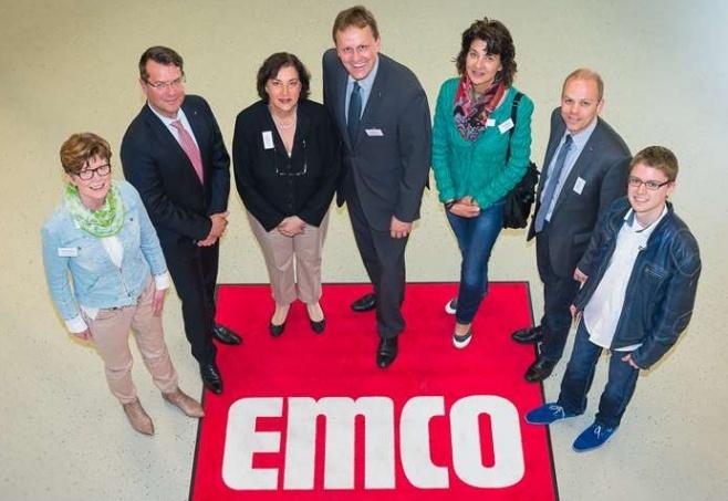 """Beeindruckt zeigten sich Jens Gieseke (Mitte) und Godelieve Quisthoudt-Rowohl (3. v. l.) von """"emco"""".Foto: emco"""