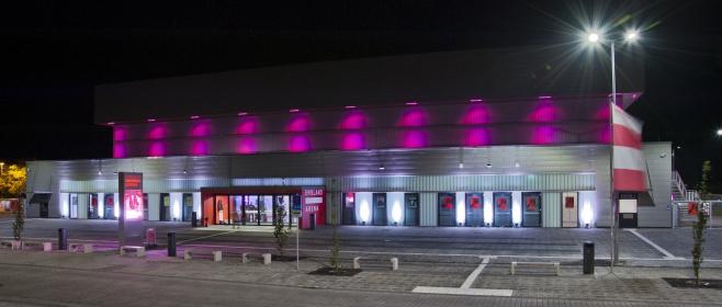 """Die Emsland Arena """"bei Nacht"""", während einer Veranstaltung. Foto: Jan Comin."""