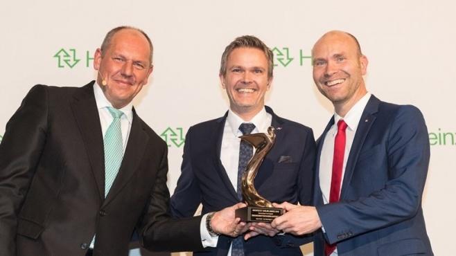 """Vertriebsleiter Carsten Niehoff (Mitte) und Leiter Marketing Kay-Uwe von Hebel (rechts) nahmen den """"Architects' Darling Award"""" 2016 in Gold für Emco Bau von Jörg Kreuder, Gesamtvertriebsleiter bei der Heinze GmbH, entgegen. Foto: Emco"""
