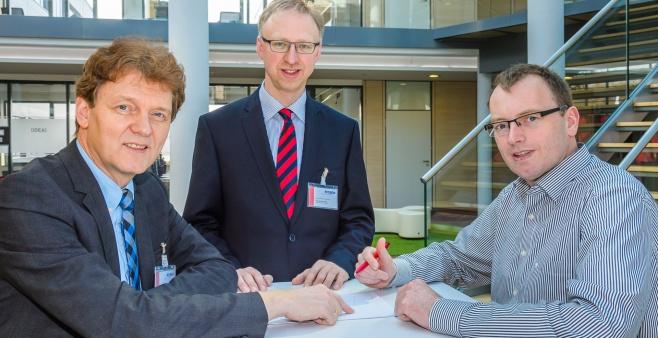 V.l.n.r.: Oberbürgermeister Dieter Krone, Helmut Höke von der Wirtschaftsförderung Lingen und Patrick Rosen diskutieren die Pläne zur Erweiterung der Kindertagesstätte auf dem Unternehmensgelände.