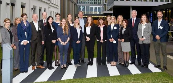"""Lingener Studentinnen der MINT-Fächer präsentieren ihre Ergebnisse zum Thema """"Raffinerie der Zukunft"""" bei BP in Bochum."""