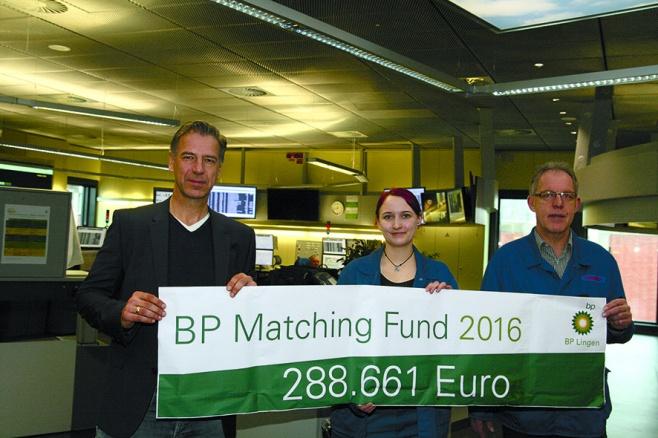 Bernhard Niemeyer-Pilgrim (Mitglied der Geschäftsführung), Vanessa Jaske und Reinhold Diekamp (stellvertretender Betriebsratsvorsitzender) präsentieren die Summe, die BP Lingen Mitarbeiter im Jahr 2016 durch ihren ehrenamtlichen Einsatz und das Matching Fund Programm der BP gespendet haben.