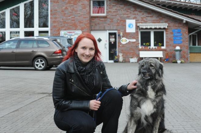 """Vanessa Jaske mit der im Tierheim lebenden Hündin """"Birte"""", die sie regelmäßig ausführt."""